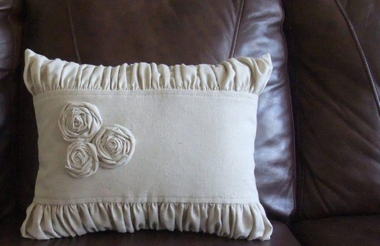 λινο μαξιλαρι με λουλουδια, δωστε το δικο σας χρωμα στο σαλονι σας